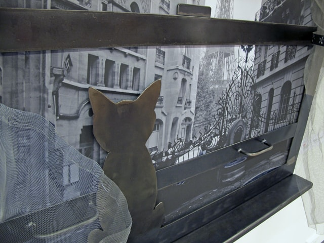 steel picture frame with cat